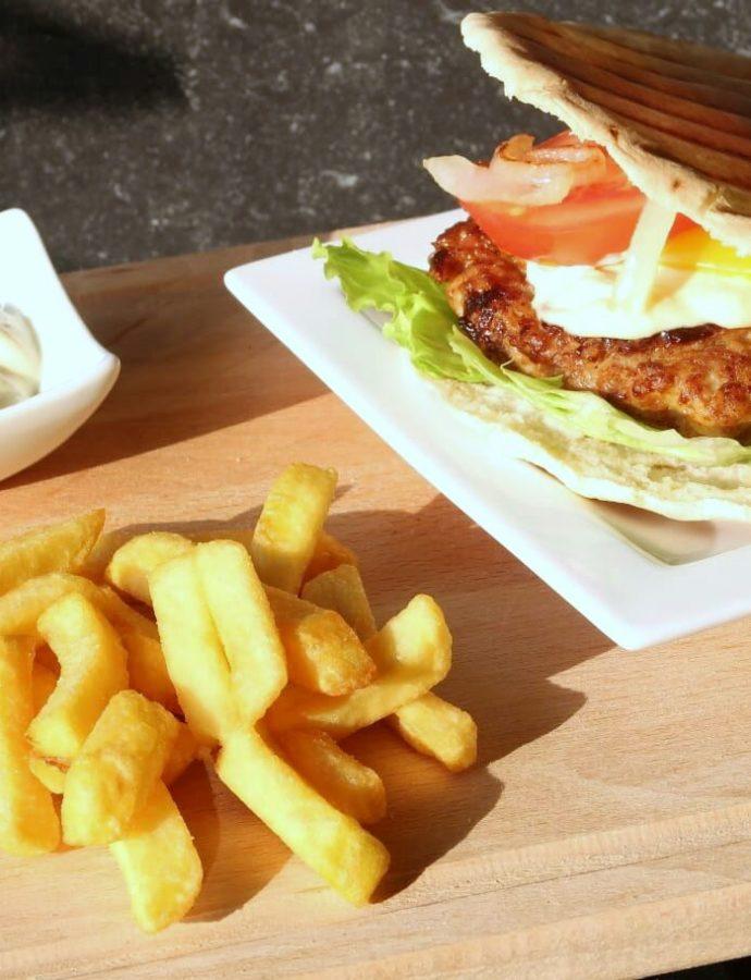 Fusion kipburger met pitabrood en knoflookmayonaise