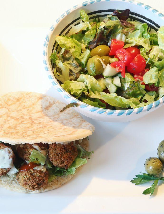 Pitabroodje falafel met yoghurt-knoflooksaus en salade