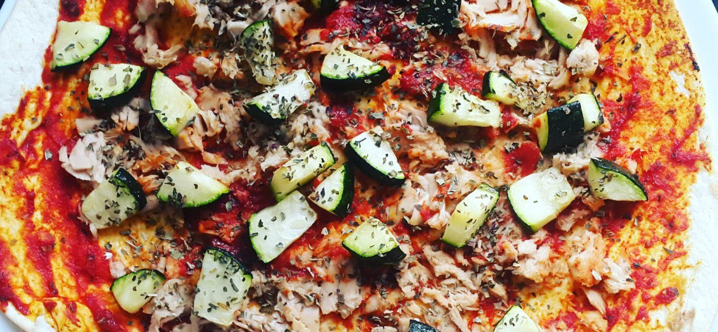 Snelle pizza's van tortillawraps met tonijn en courgette