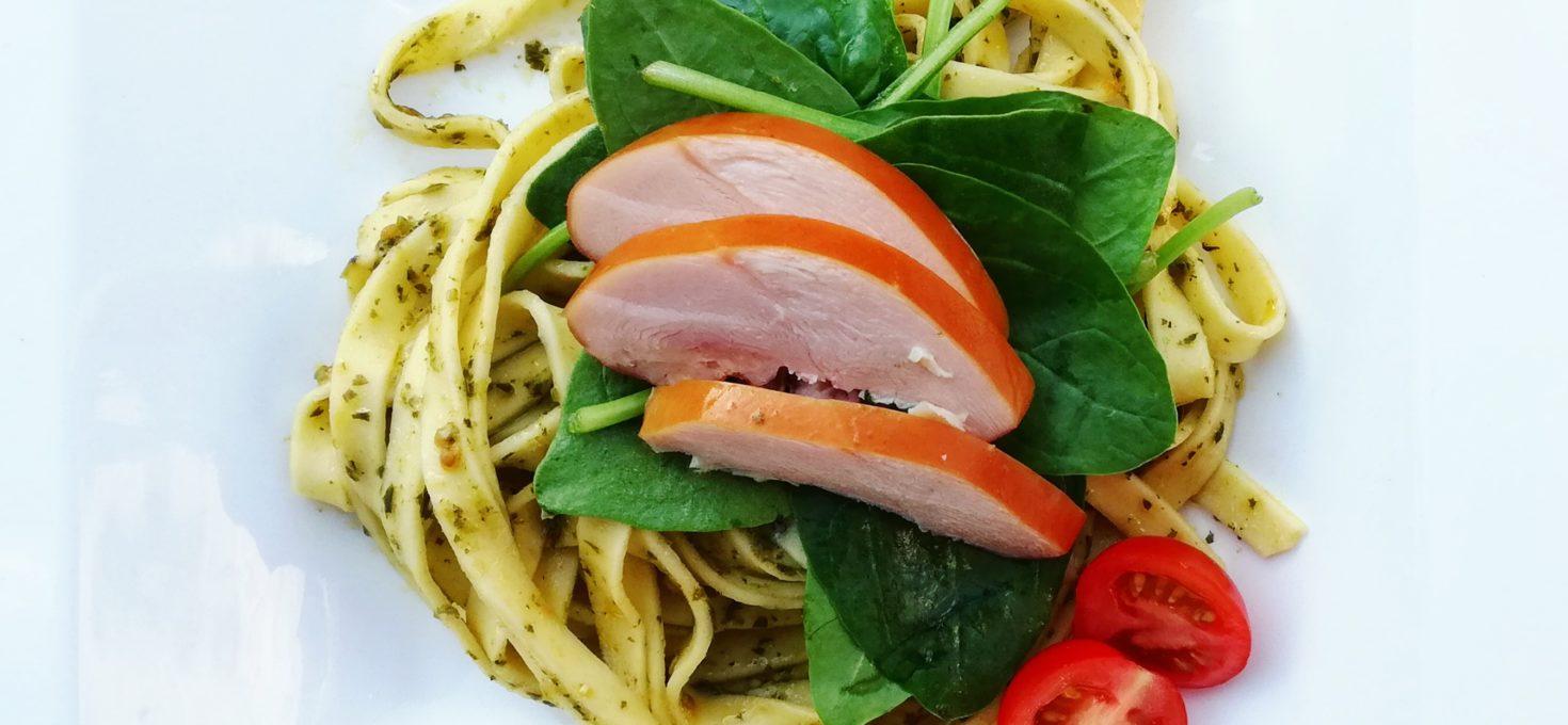 Verse pasta pesto met gerookte kip en spinazie (pesto zonder kaas en noten)