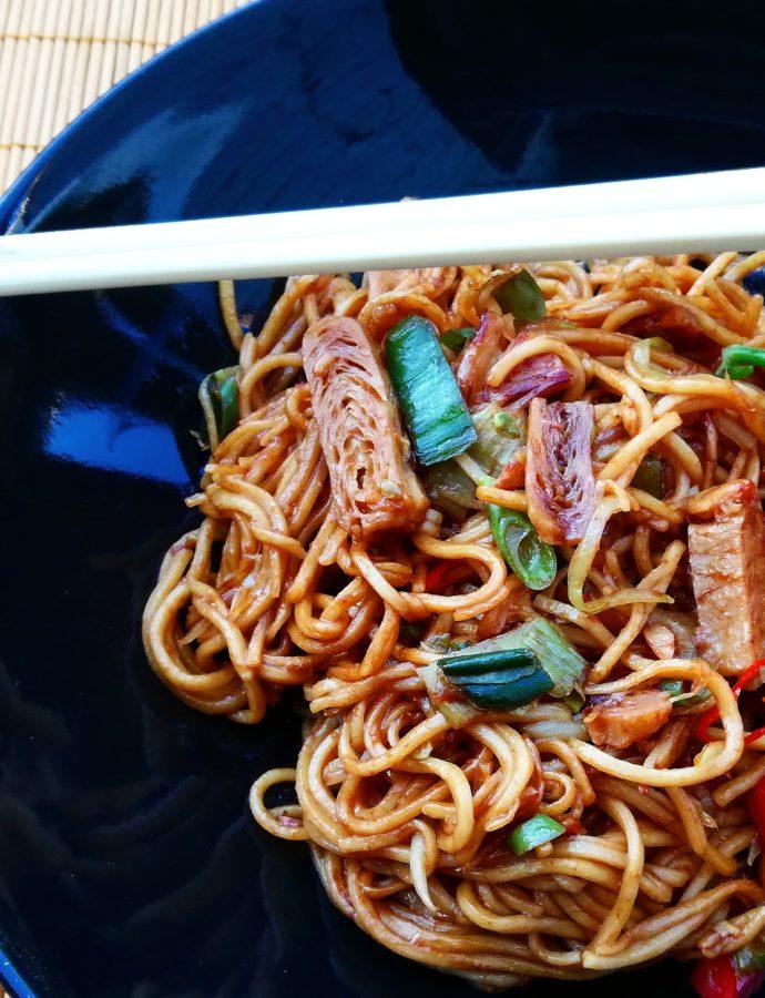 Noodles met vegetarische kipstukjes en groente