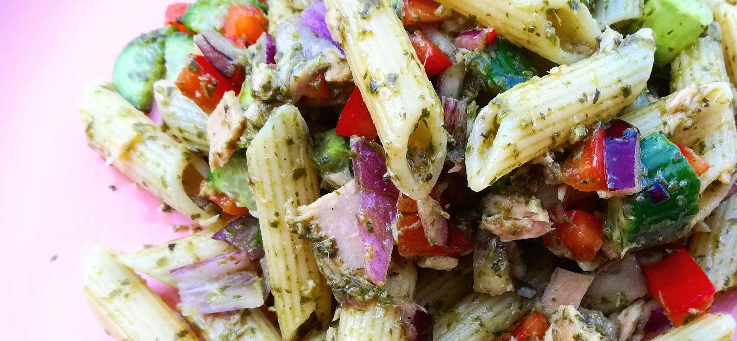 Pastasalade met groene (vegan)pesto en tonijn