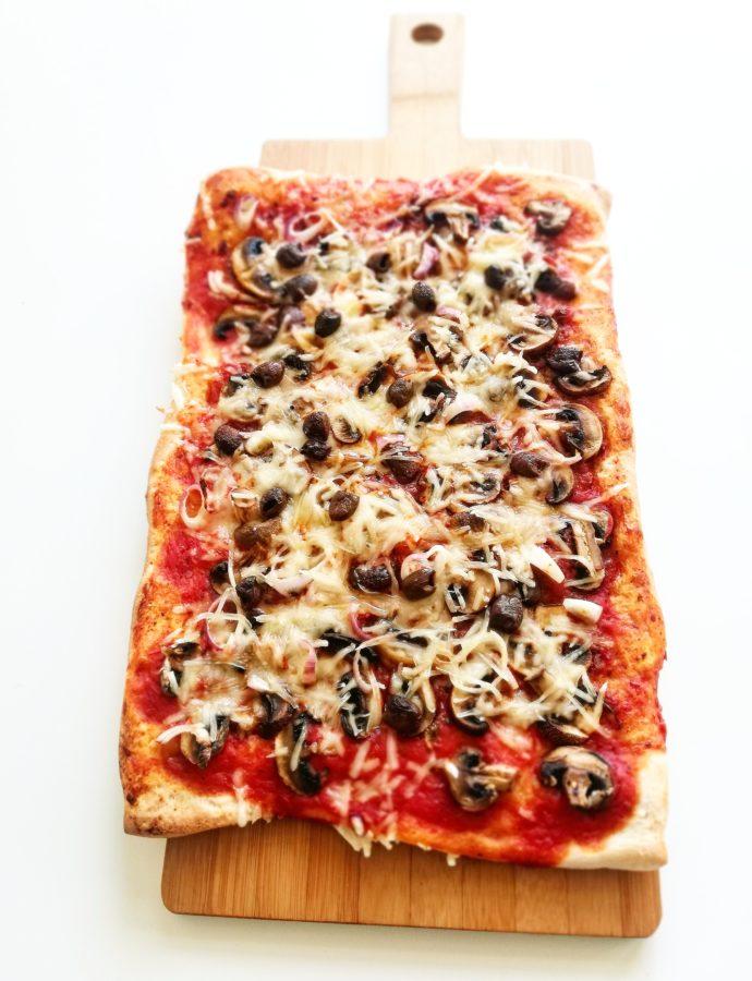 Snelle pizza funghi met olijven en (vegan) mozzarella