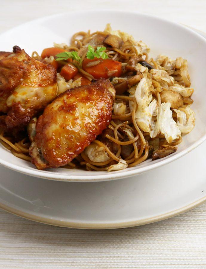 Gewokte noodles met kippenvleugels