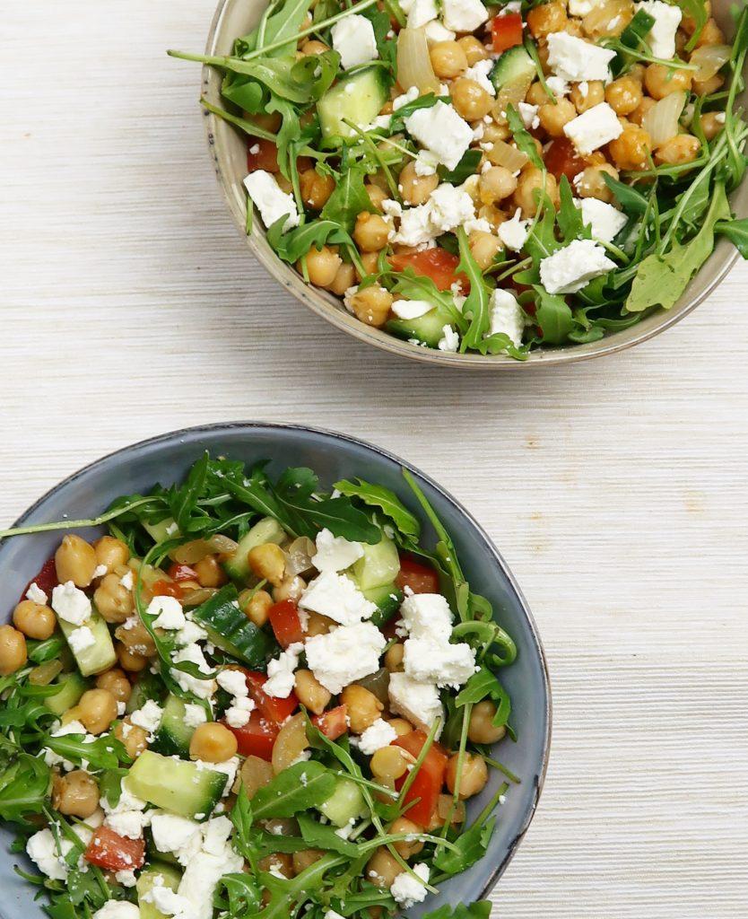 Saladebowl met kikkererwten en feta