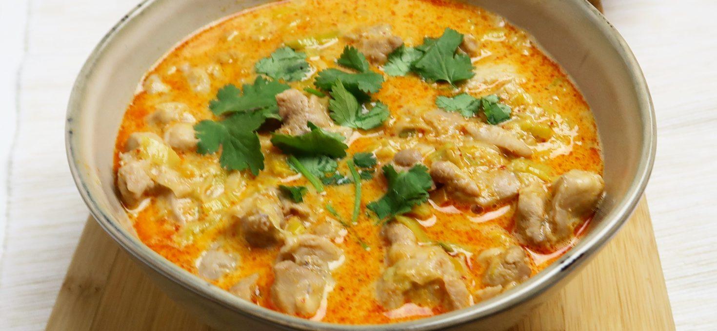 Snelle Thaise rode curry met kip en prei