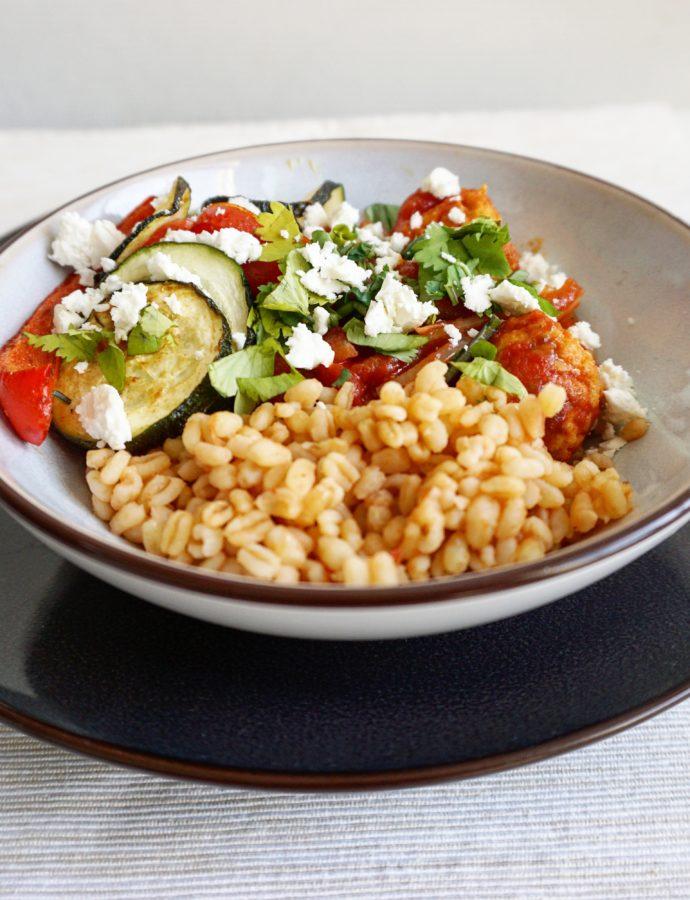 Tomatenbulgur met vegaballetjes en gegrilde groente