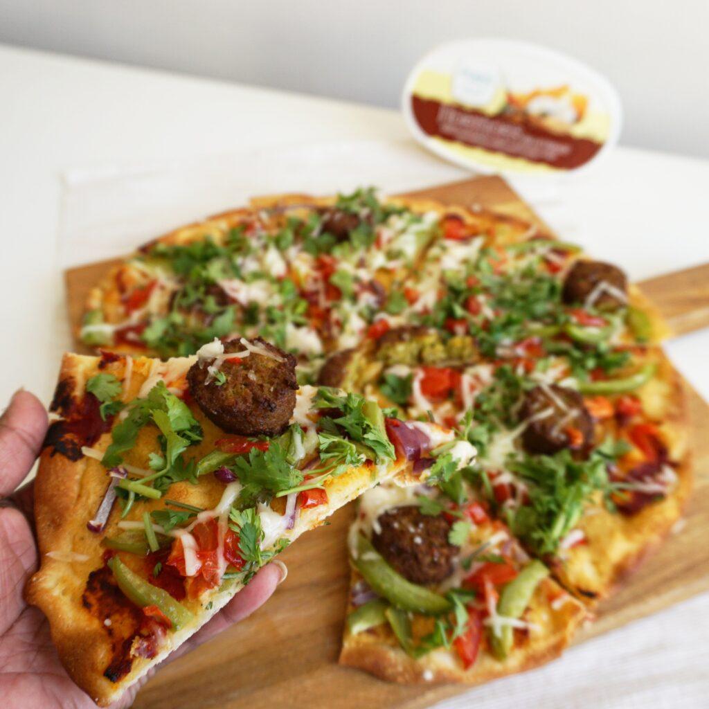 Pizza met hummus en falafel
