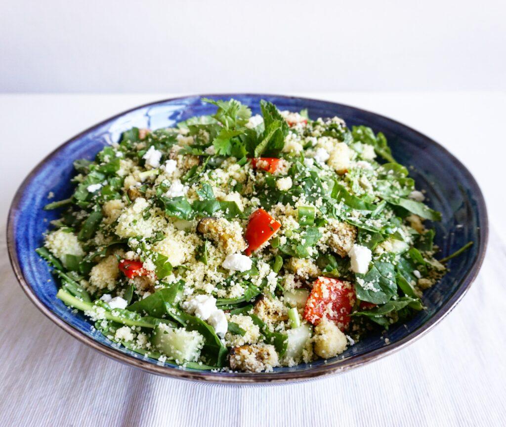 Couscous salade met groente, verse kruiden en feta