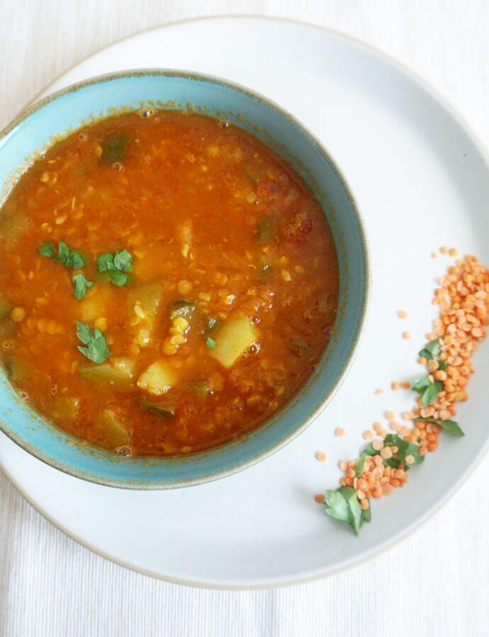 Iraanse linzensoep met tomaat en courgette