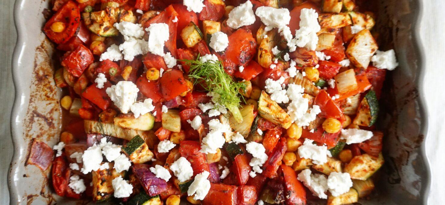 Groentestoof uit de oven met venkel, tomaten, tapenade en feta