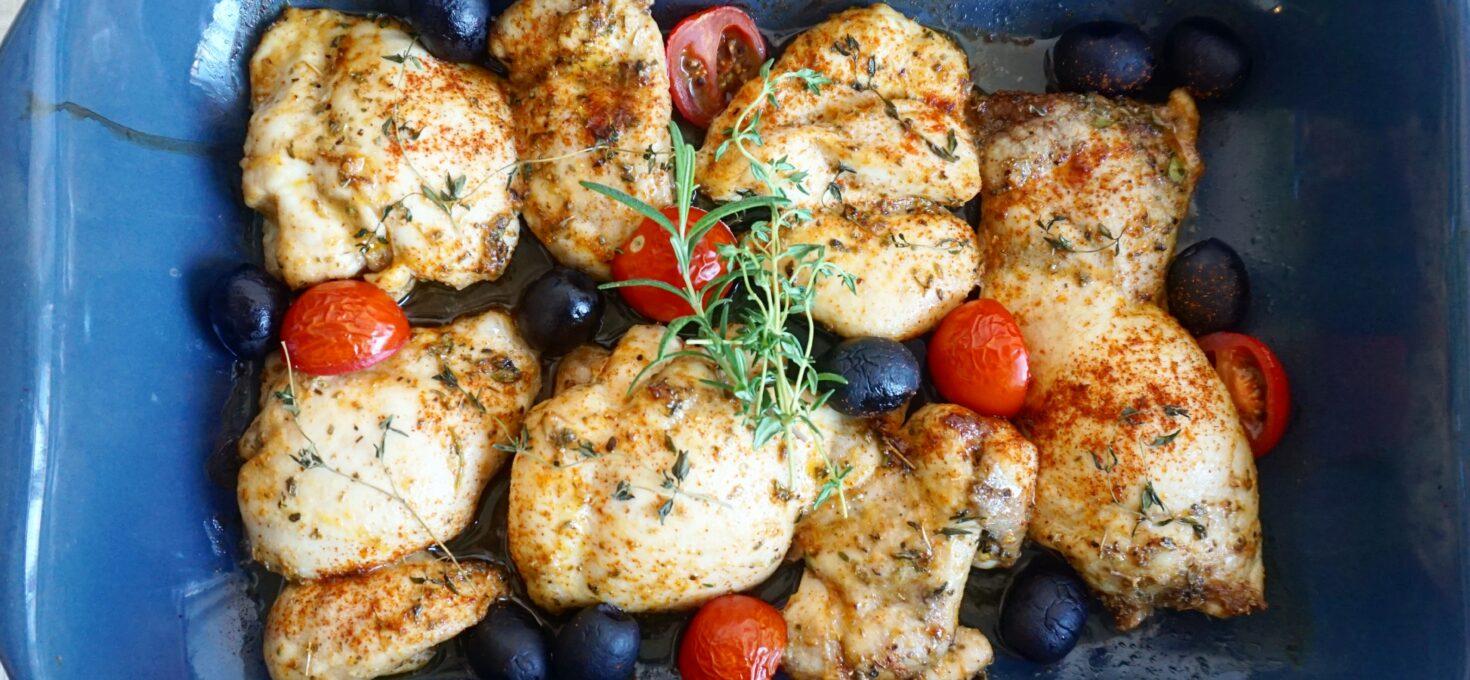 Griekse gemarineerde kippendijen met olijven uit de oven