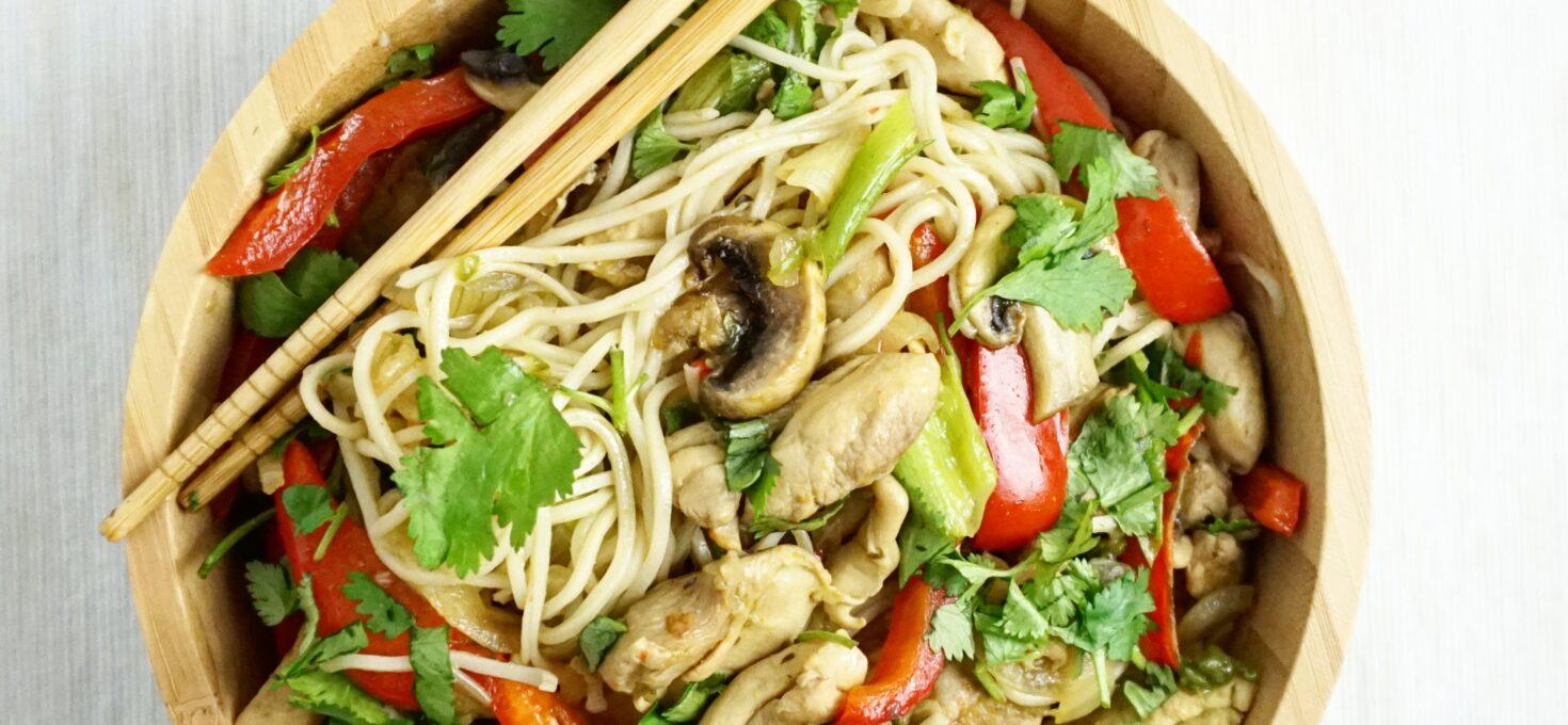 Snelle Aziatische gewokte noodles met kippendij en groente