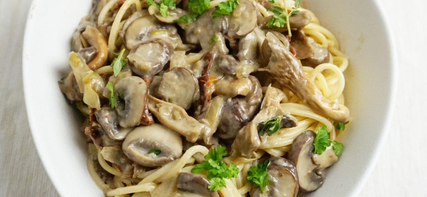 Romige vegan pasta met paddenstoelen en truffelolie