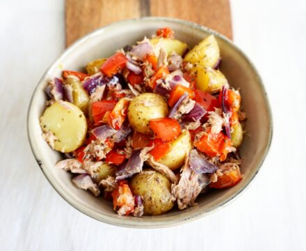 Frisse aardappelsalade met tonijn, paprika en citroen
