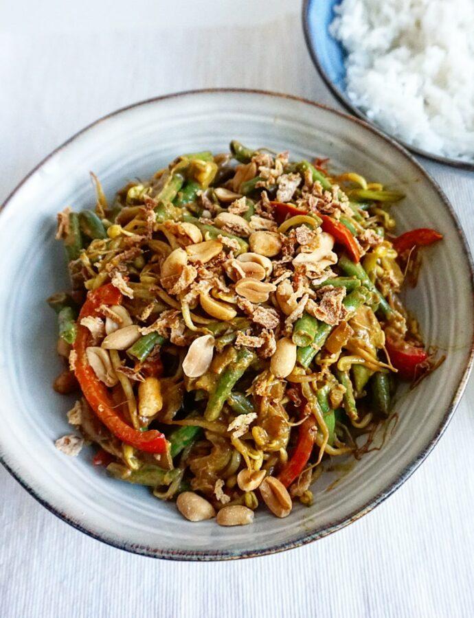 Snelle Javaanse groenteschotel met sperziebonen en taugé