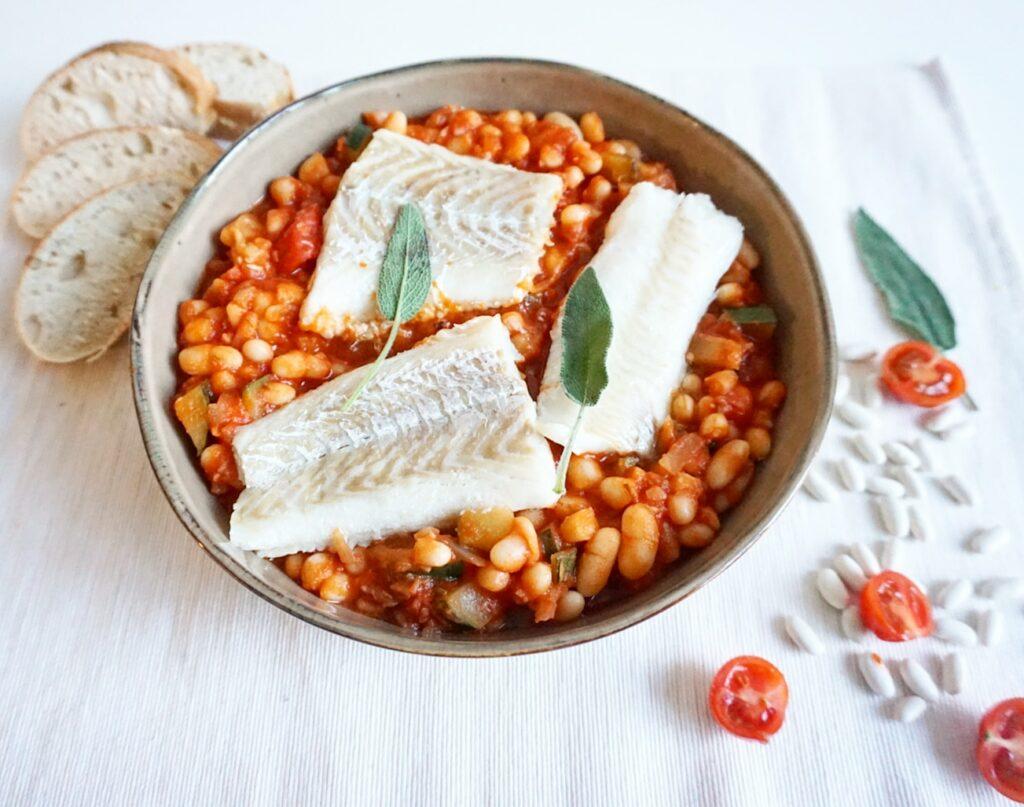 Toscaanse witte bonen in tomatensaus met kabeljauw en salie