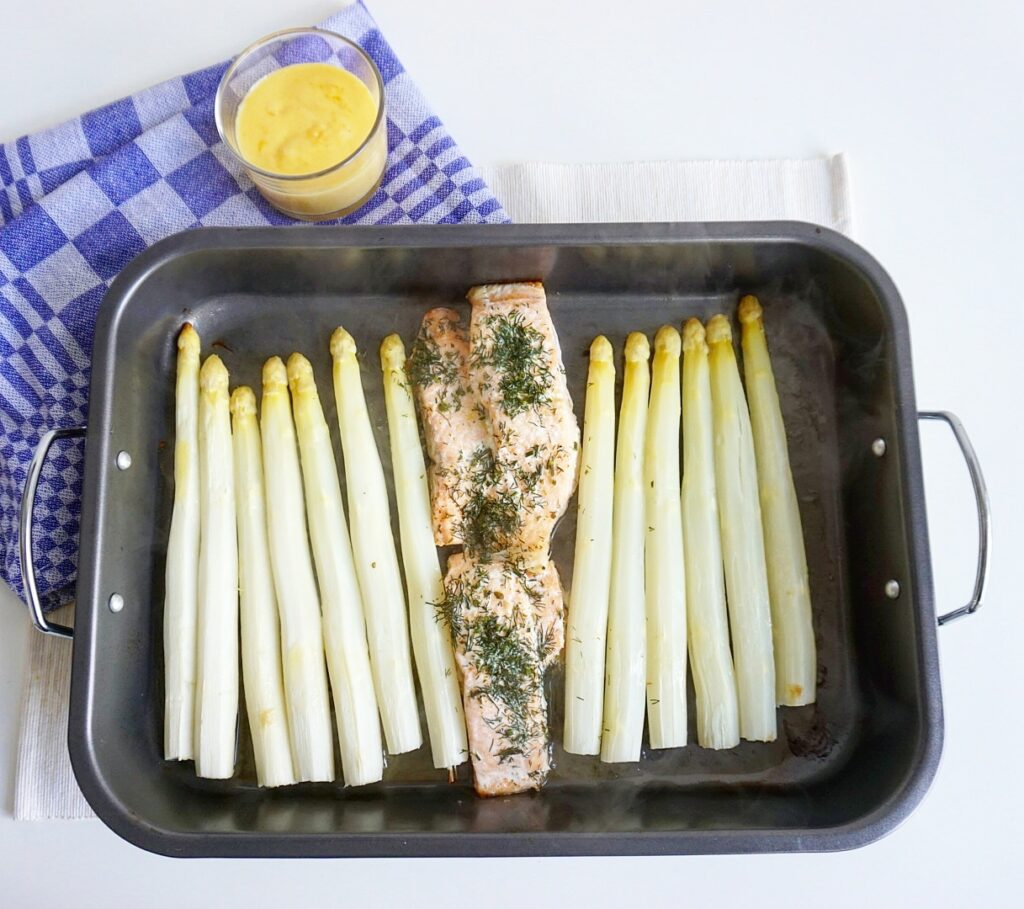 Witte asperges met zalm uit oven