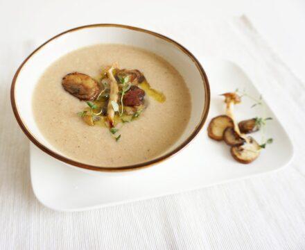Bloemkoolsoep met gemengde paddenstoel en truffelolie