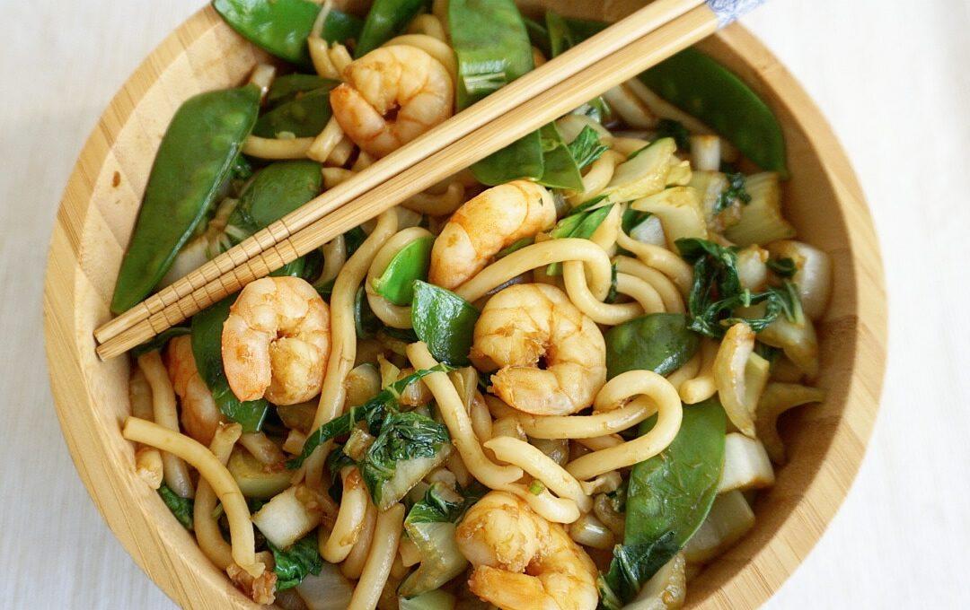 Verse udon noodles met gewokte garnalen en paksoi