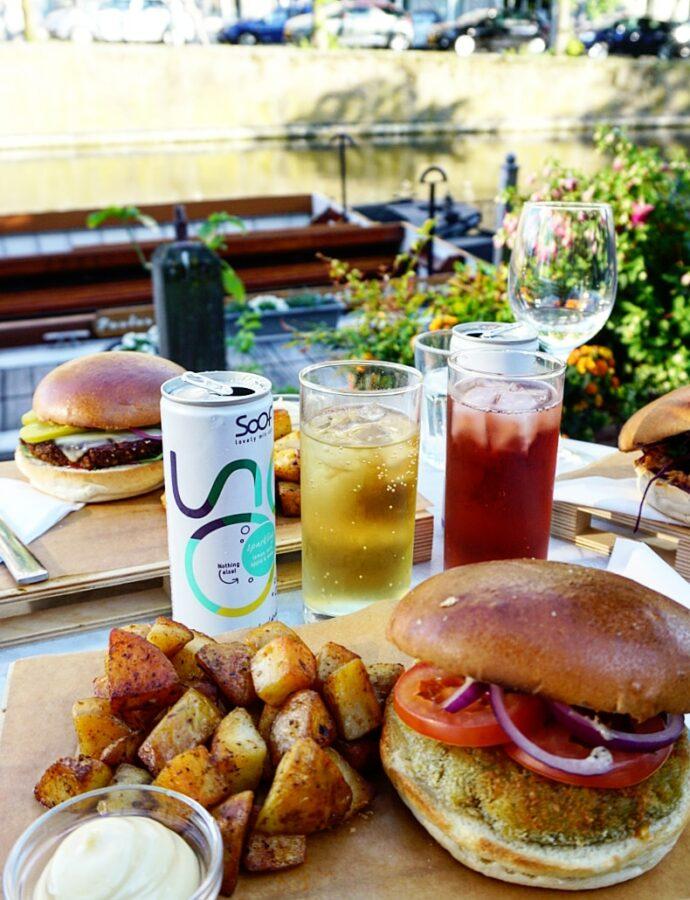 Veggie burger diner bij hostel The Golden Stork