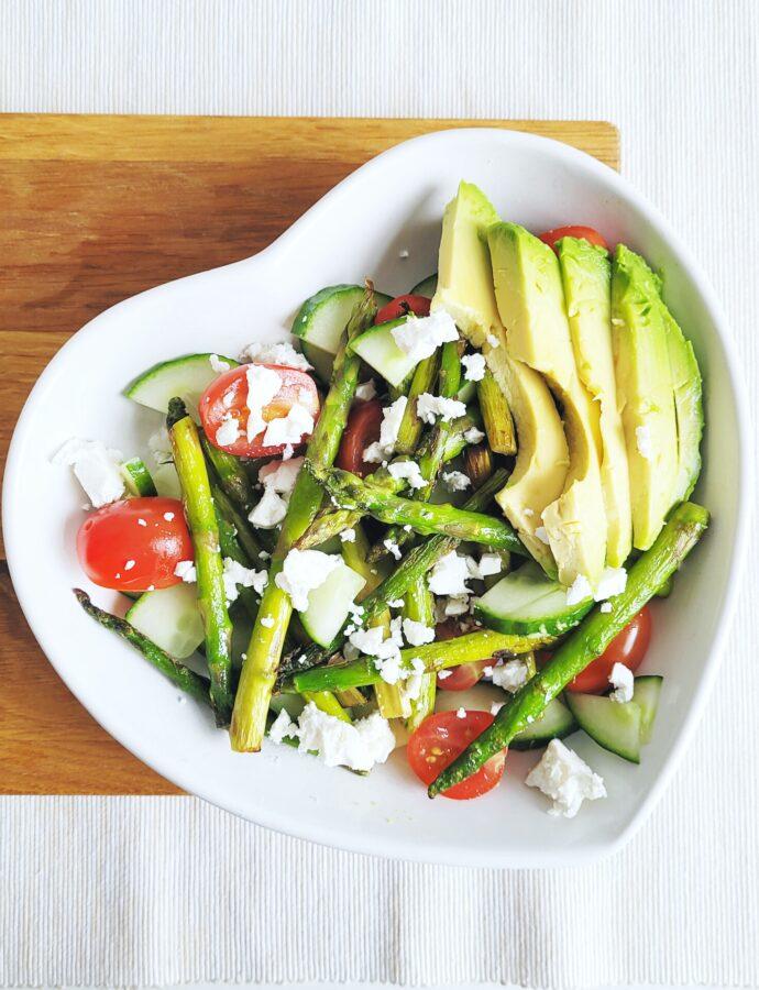 Salade met groene asperges, avocado en geitenkaas