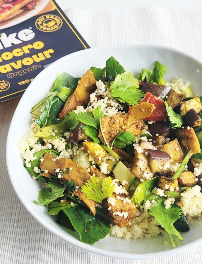 Vegan Couscous salade met groente, verse kruiden en vegan kipstukjes
