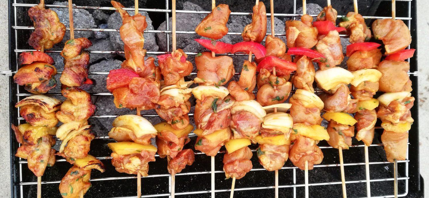 Kipspiezen met kipkruiden en saffraan voor op de barbecue