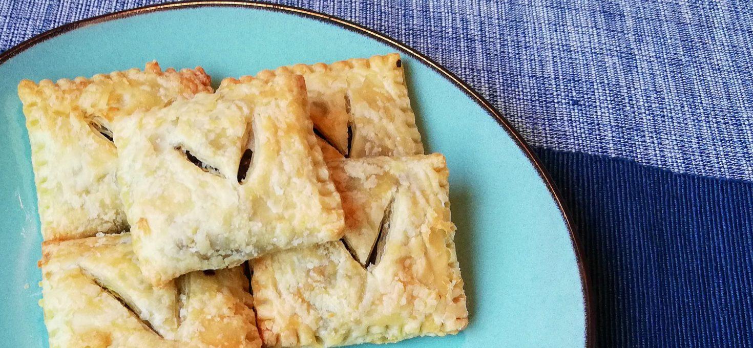 Vegan pasteitjes met vega-gehakt, kerrie en prei