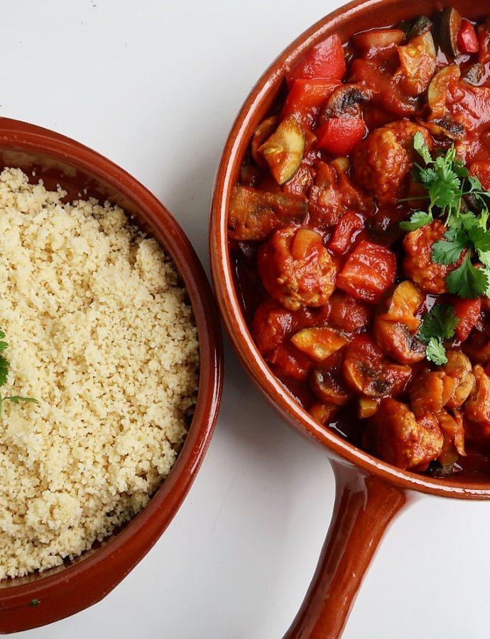 Marokkaanse groenteschotel met kipgehaktballetjes en couscous