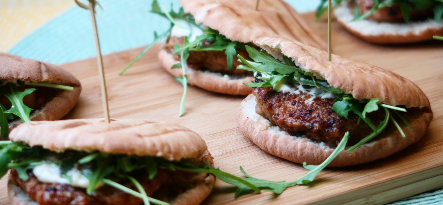 Mini pitabroodjes met kipgehaktburgers