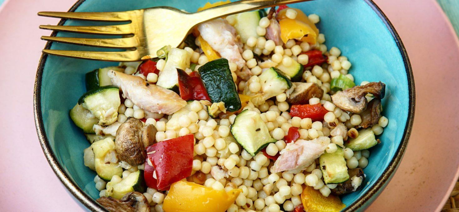 Parelcouscous met forel en geroosterde groenten