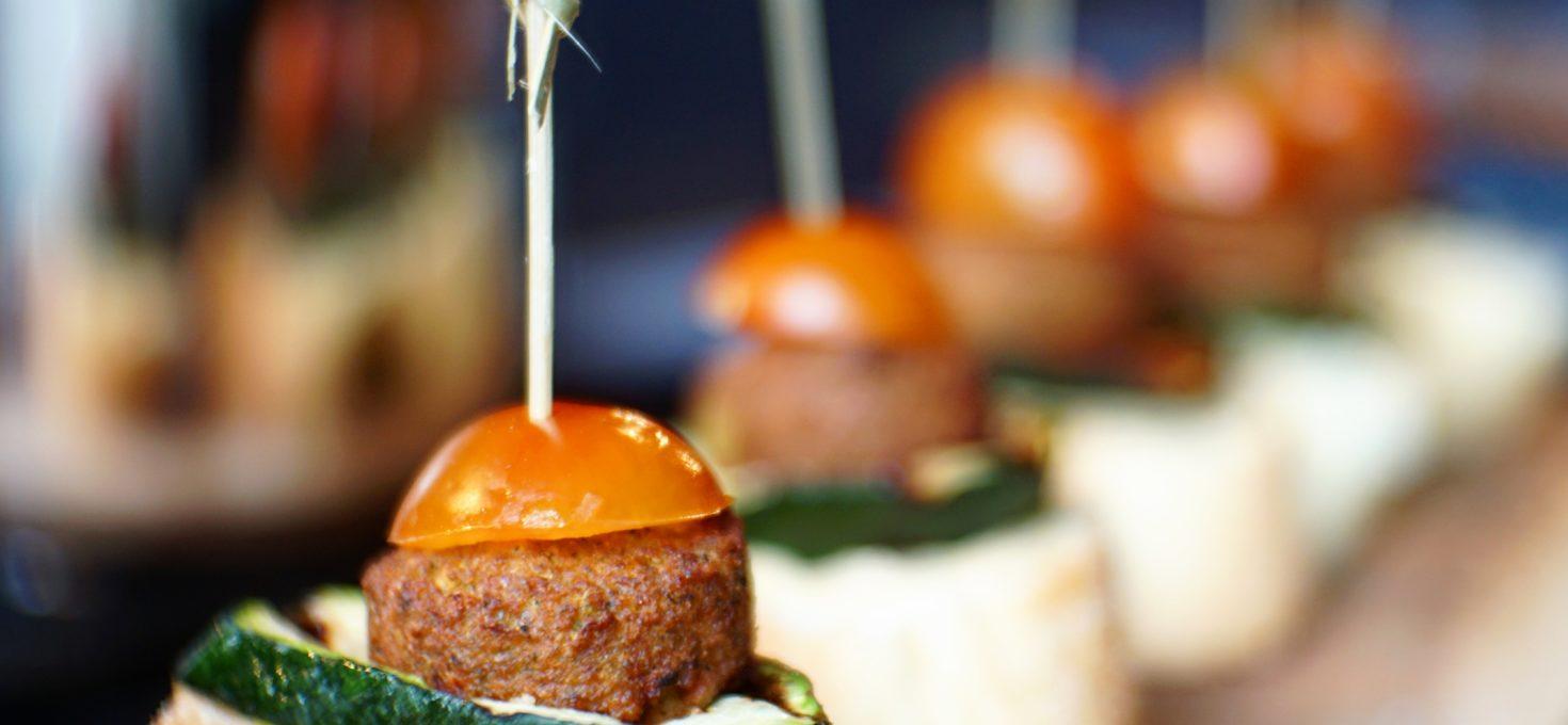 Pinchos met gegrilde courgette en falafel