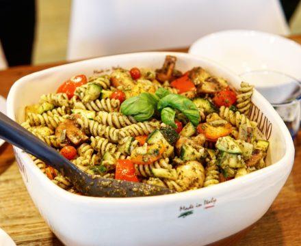 Vegan pastasalade met geroosterde groente en pesto genovese