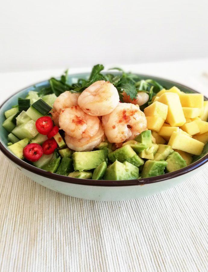 Mango en avocado salade met knoflookgarnalen