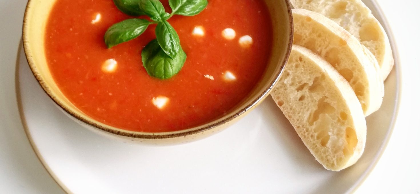 Mediterrane paprika tomatensoep met geitenkaas