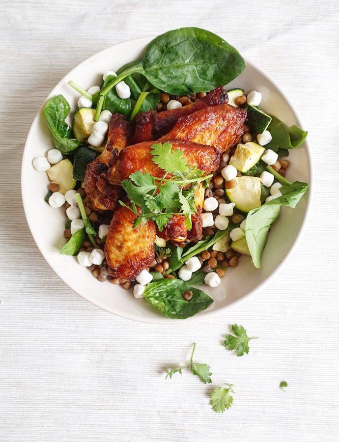 Salade bowl met kippenvleugels, spinazie en geitenkaas